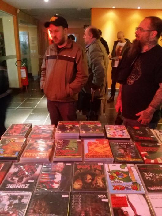 a banquinha-maravilha da mondo cult também estava lá com alguns filmes independentes, camisas, posters, bottons etc